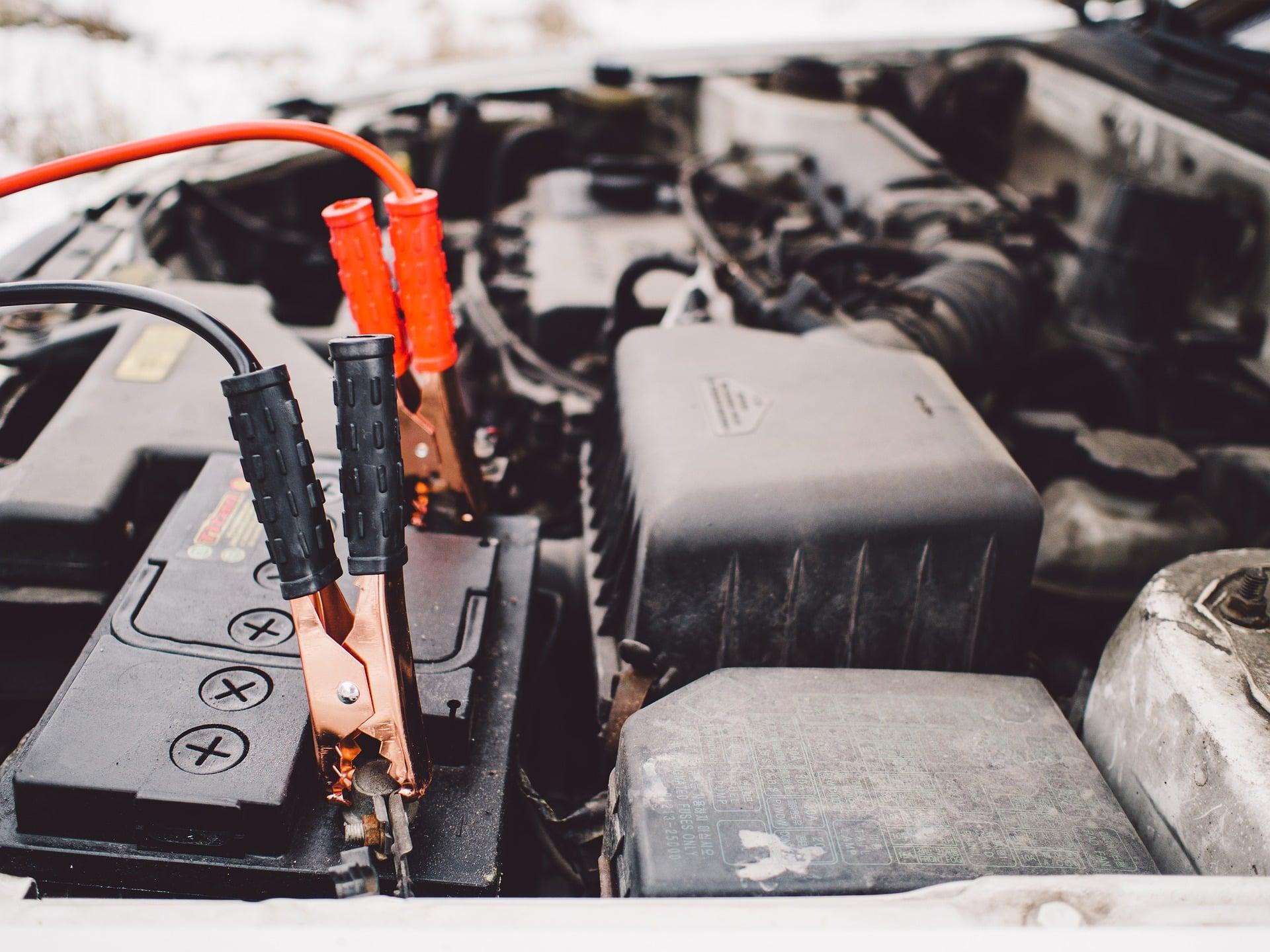 Comment recharger une batterie de voiture en roulant ?